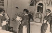 Zprava: Ludvík Armbruster (při své první mši), Alexander Heidler, Karel Fořt, Offenbach (Německo), 1959