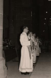 Ludvík Armbruster (vpředu) při kněžském svěcení, dóm ve Frankfurtu nad Mohanem, 1959