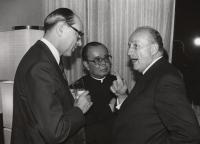 Zleva: Ludvík Armbruster, P. S. Širajanagi, tehdejší rakouský velvyslanec, Tokio, 1982