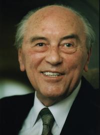 Ludvík Armbruster, fotografie z jeho přednášky ve Faustově domě, Praha, cca 2000