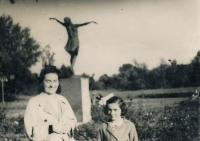 Marie + Bibiana, Varšava, 1942
