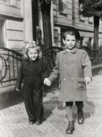 Olga a její bratr Slávek v 50.letech