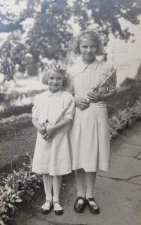Dvě z dvaačtyřiceti dětí z Údolí smrti u Dukelského průsmyku, kterým Květoslava Bartoňová zařídila pobyt v Olomouci v letech 1946 -47