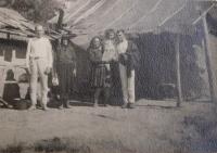 Lidé v Údolí smrti u Dukelského průsmyku v roce 1946
