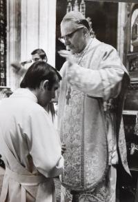 Josef Kajnek během kněžského svěcení v roce 1976