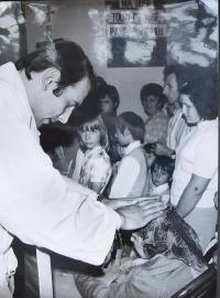 Josef Kajnek během primice v Kutné Hoře v roce 1976 dává své mamince novokněžské požehnání