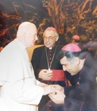 Mons. Josef Kajenek s papežem Janem Pavlem II. a kardinálem Miloslavem Vlkem