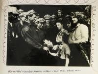 blahopřání k rekordu v těžbě uhlí v Dole Dukla / 1960 / vlevo předák Valica