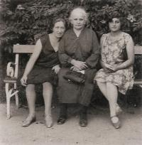 Mother Blanka, grandmother Janka and their friend