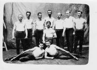 Sokol Malá strana, Václav Weitzenbauer uprostřed, TG Masaryk jeden z mužů nahoře