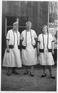 Sokolky v předválečných letech v krojích, Marie Weitzenbauerová (matka Dagmary) vlevo
