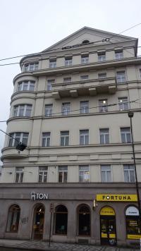 Karlovo náměstí 3 v roce 2016, v pátém patře přežila nálety 14.2. 1945 D. Weitzenbauerová