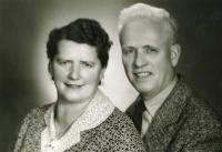 Lidmilini rodiče v době maminčiných padesátin, 1964
