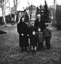 Lidmila s rodiči a sourozenci, konec 40. let