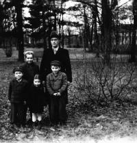 S tatínkem a sourozenci, konec 40. let