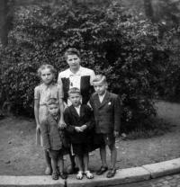 S maminkou a sourozenci, 1949