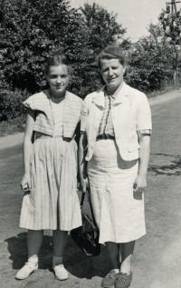 Lidmila s maminkou v Prachaticích, 1953