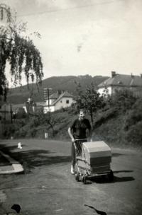 Na procházce se sestrou Klotkou, 1953