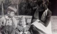 Věra Ruprechtová s dětmi Věrou (pamětnice) a Jiřím