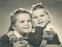 Helena Medková (vpravo) se sestrou