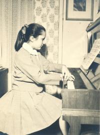 Helena Medková u klavíru