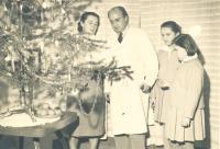 Helena Medková s rodiči a sestrou u vánočního stromečku
