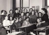 Helena Medková v páté třídě (2. lavice, 2.sedící zprava; 1957)