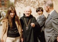 Setkání čs. emigrantů v benediktinském klášteře (zleva: Dagmar Vokatá, Anastáz Opasek, Helena Medková, Ivan Medek; Rohr, 1983)