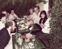 Zleva: Ivan Binar, Helena Medková, Zbyněk Sekal, Irena Dubská, Christina Sekal, Ivana Tigridová, Zdeněk Mlynář, Jaroslava Binarová, Pavel Tigrid (Vídeň - Grinzing, 1982)