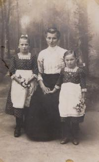 Grandmother Anna Schroth (to the right of the witness's mother Anna)