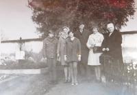 Alžběta Blahutová v šátku s bratrem Richardem v klobouku v roce 1971