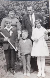 Rodina Blahutova v roce 1968 při prvním přijímání jejich dětí
