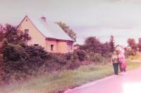 Vpravo Alžběta Blahutová před svým domem v Bílé Vodě