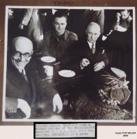 Pan Pekárek po promoci v Anglii roku 1943, zachycen spolu s presidentem Benešem