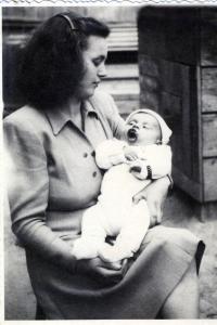 S maminkou, Nové Zámky 1948