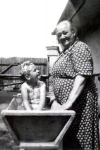 S babičkou, Nové Zámky 1952