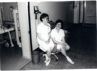 Liana Hanusová, zdravotní sestra (vpravo)