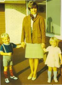 Jana s dětmi před domem