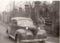 1945, Plzeň, před otcovou továrnou, plk. Hamilton