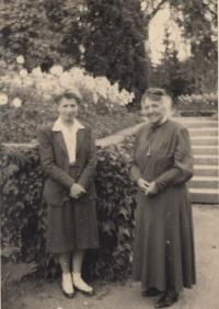 Babička Anna Křižíková a Mrs. Hamiltonová
