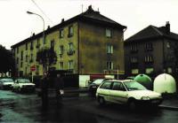 Bývalý byt (tři okna v prvním patře), Chvalská ulice 718, Hloubětín, s bratrem Jiřím (1995)