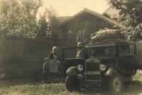 Naše auto 1932 Škoda 422 za domem ve Mšeně, 1950