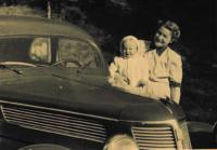 Miloš s maminkou, duben 1948