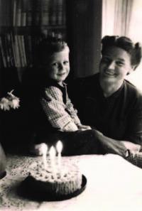Miloš s maminkou, třetí narozeniny, duben 1950