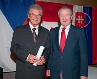 Dr Skála (vlevo) přijímá Masarykovu cenu, s M. Zachem, Winnipeg 2010