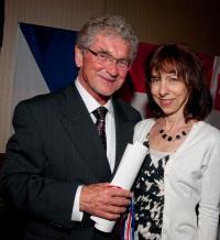 Předávání Masarykovy ceny, Dr Skála sklavíristkou Evou Solarovou-Kinderman, Winnipeg 2010