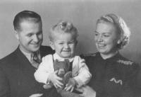 S rodiči - matkou Marií a otem Josefem, Praha 1942