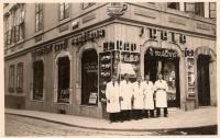 U Mouřenína, obchod rodiny Skálů, otec Josef ho převzal jako 18ti letý, Praha Malá Strana 1931