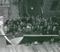 Vyvěšení vlajek spojenců z Národního divadla 5.května 1945 (někde u lampy stojí rodina Drábkova)