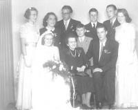 První svatba z vnuků a vnuček babičky Kučerové v roce 1946 v Ústí nad Orlicí. Jan uprostřed v šedivém obleku